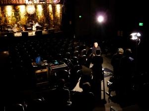 O cenario para a entrevista e o teatro.