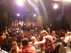 O público depois do show se prepara para o chat.